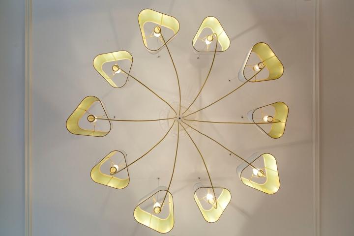 Дизайнерская люстра в интерьере салона