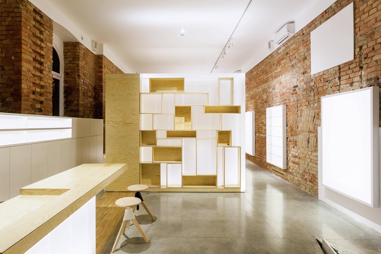 Светлые деревянные стульчики в дизайне салона красоты