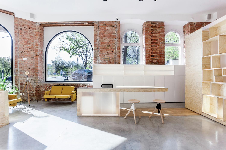Деревянный стеллаж в дизайне салона красоты
