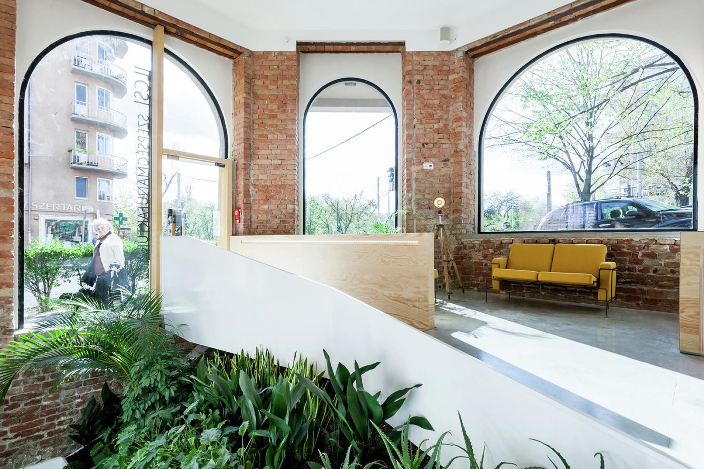 Жёлтый диван в дизайне салона красоты