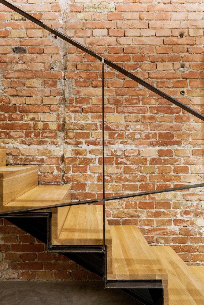 Деревянная лестница в дизайне салона красоты