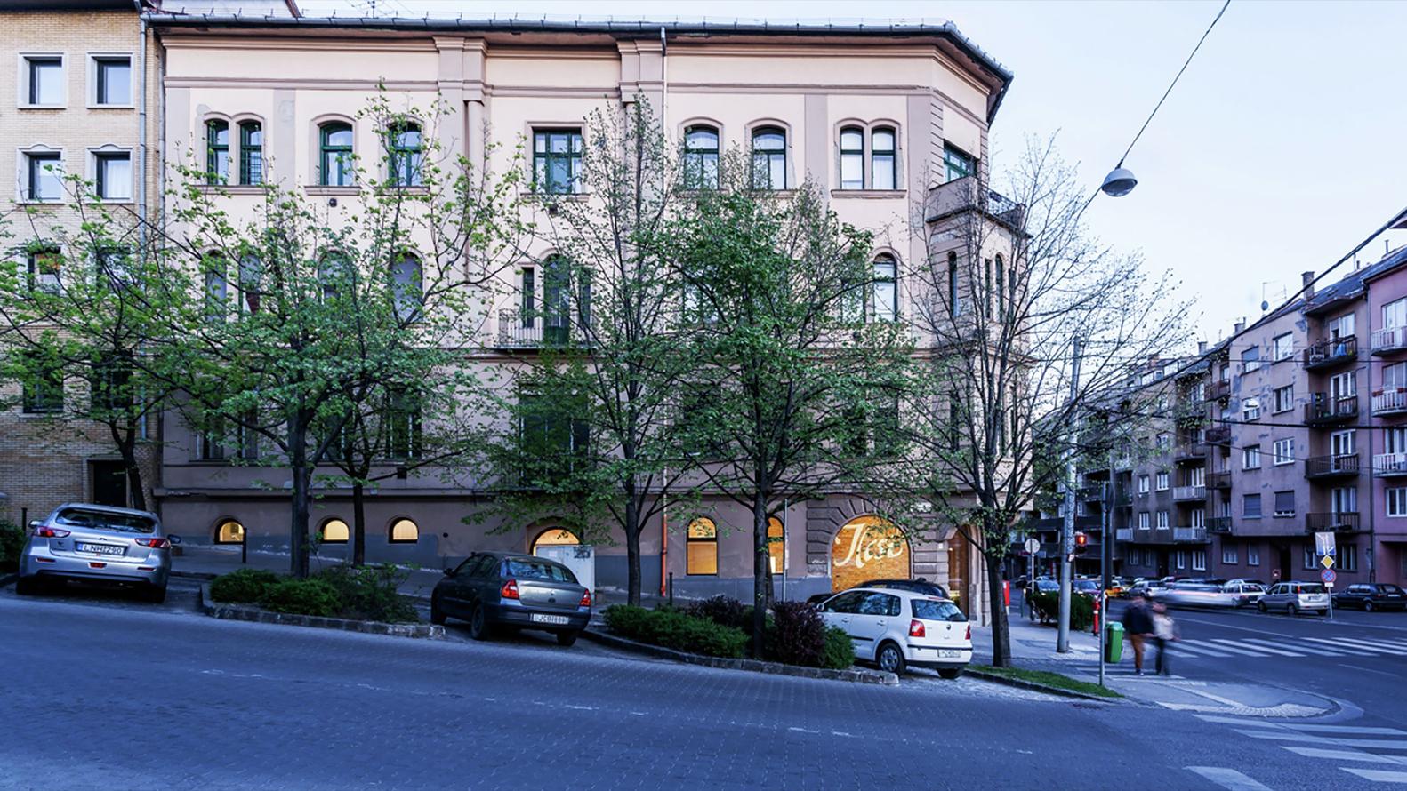 Светлый экстерьер здания салона красоты