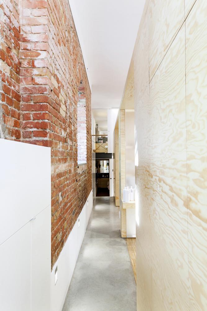 Серый бетонный пол в дизайне салона красоты