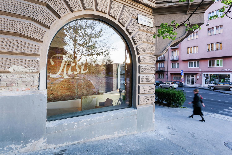 Полукруглые окна в дизайне салона красоты