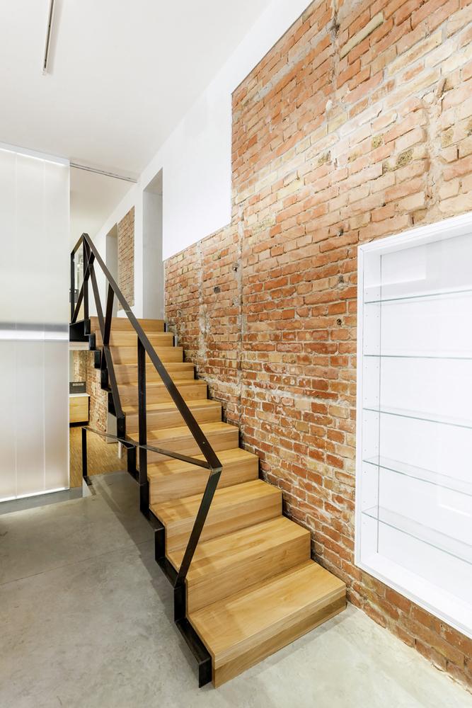 Металлические перила лестницы в дизайне салона красоты