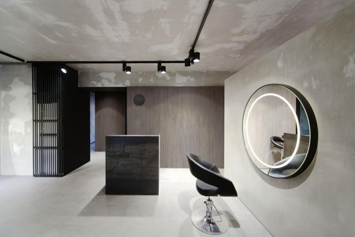 Круглые зеркала смягчают строгий интерьер салона