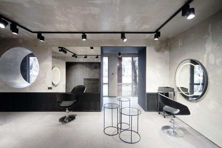 Большое зеркало на стене визуально расширяет пространство зала