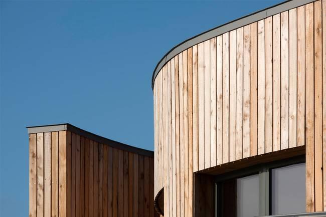 Дизайн школы: фото деревянного фасада