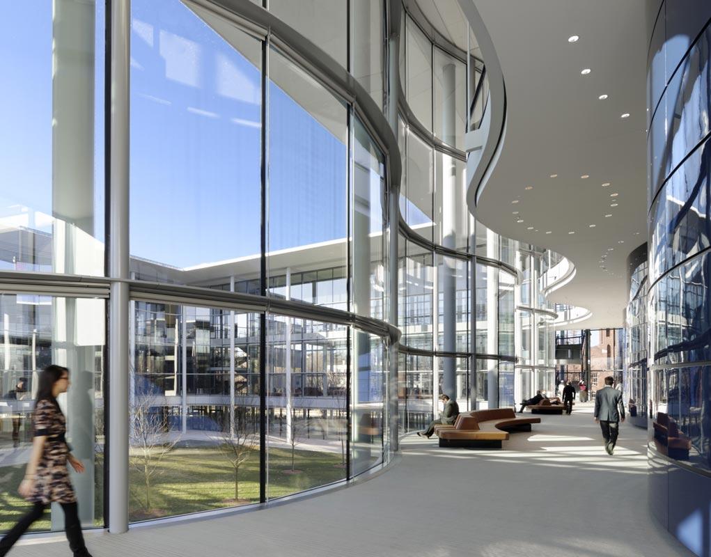 Оригинальный волнистый дизайн стен школы менеджмента Edward P. Evans Hall