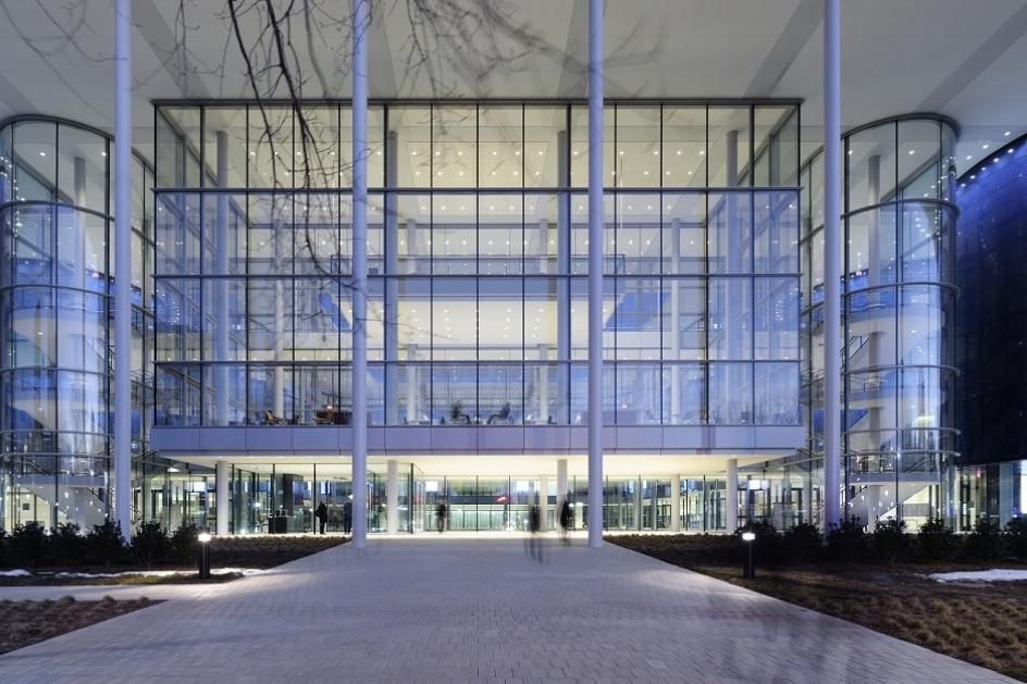 Оригинальный дизайн стеклянного фасада школы менеджмента Edward P. Evans Hall