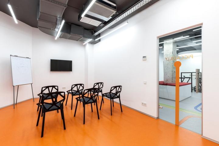 Дизайн школы: аудитория в белом и оранжевом цветах