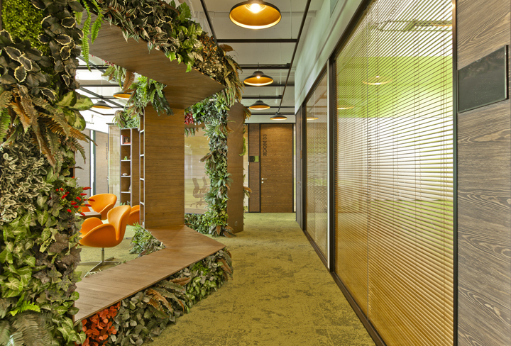 Дизайн ламп с металлическими плафонами в коридоре штаб-квартиры Smart Space