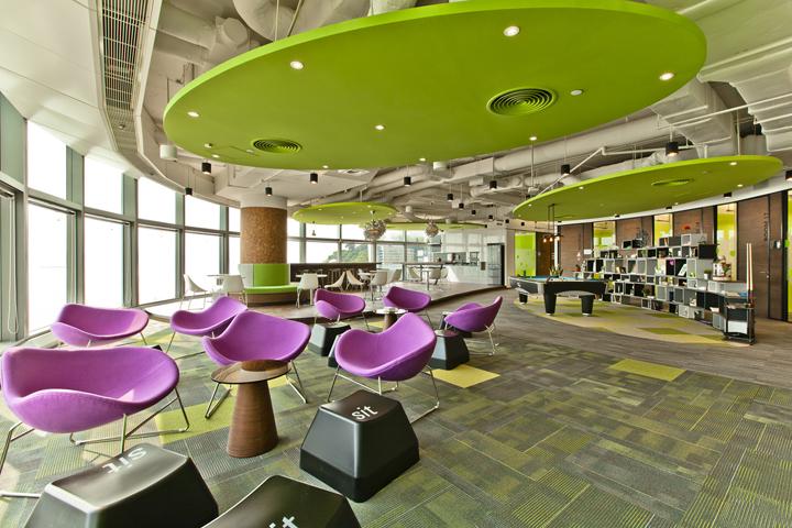 Яркие стульчики в интерьере офиса Cyberport Smart-Space