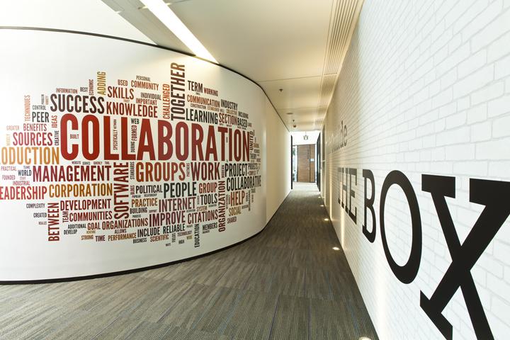 Надписи на стенах в коридоре штаб-квартиры Smart Space