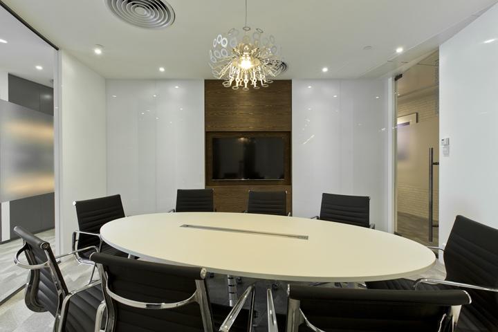 Дизайн штаб-квартиры Smart Space: дизайнерская люстра в офисе