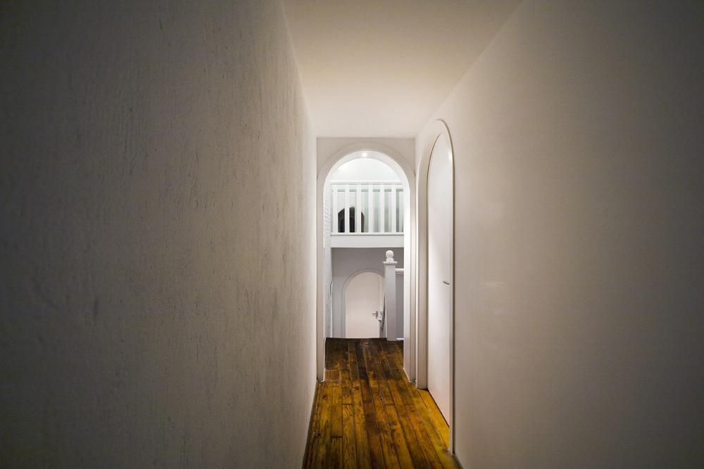 Дизайн спа-салона: коридор в светлых тонах