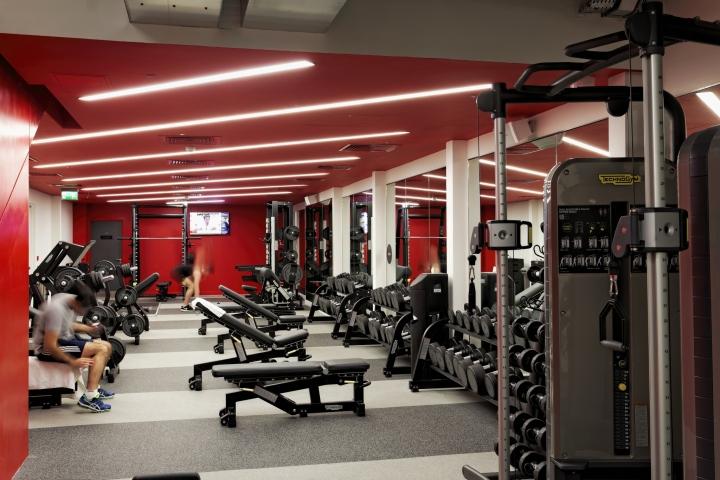 Дизайн спортивного клуба в Великобритании: тренажёры в основном зале