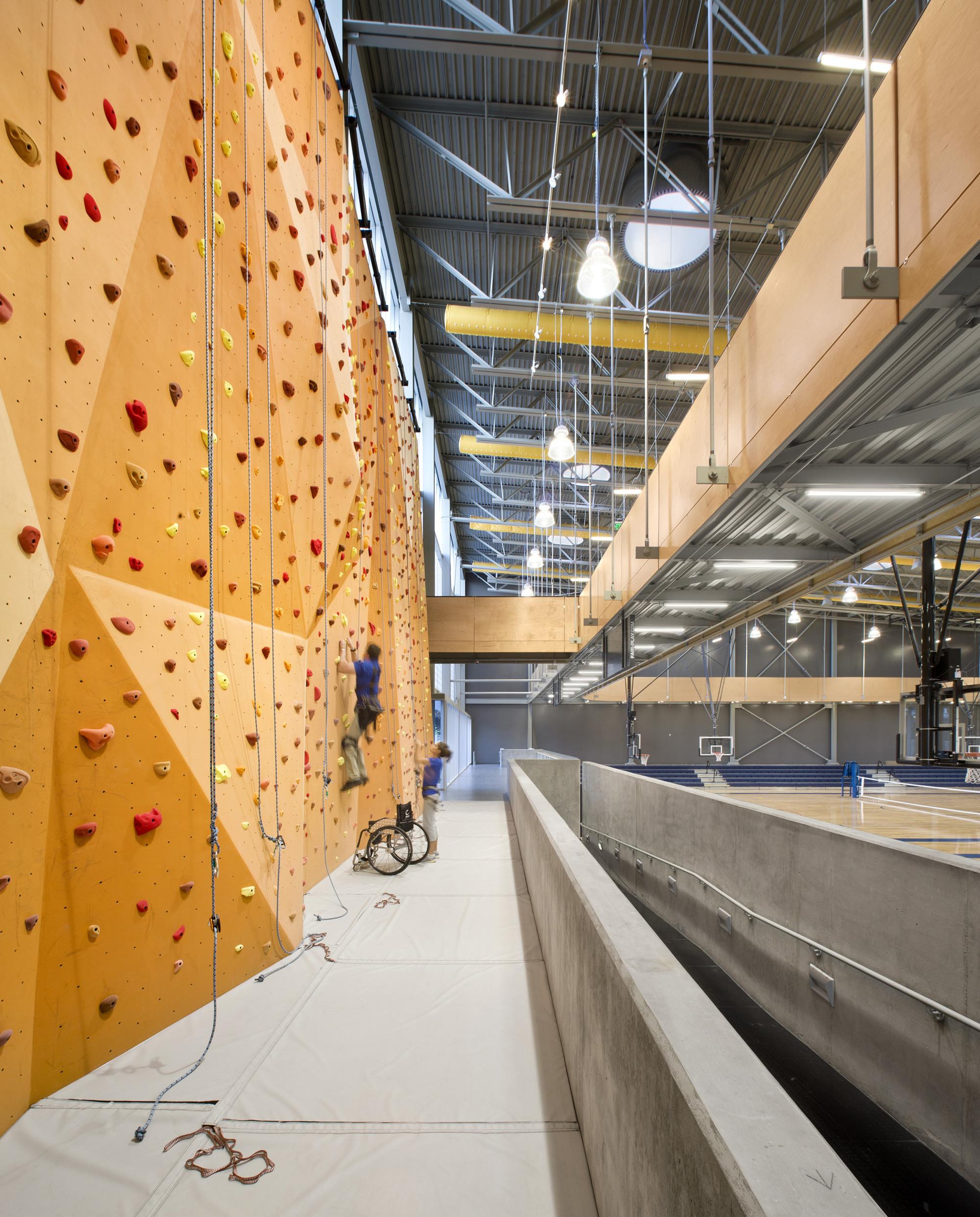 Дизайн спортивного комплекса: оранжевая стенка для скалолазания