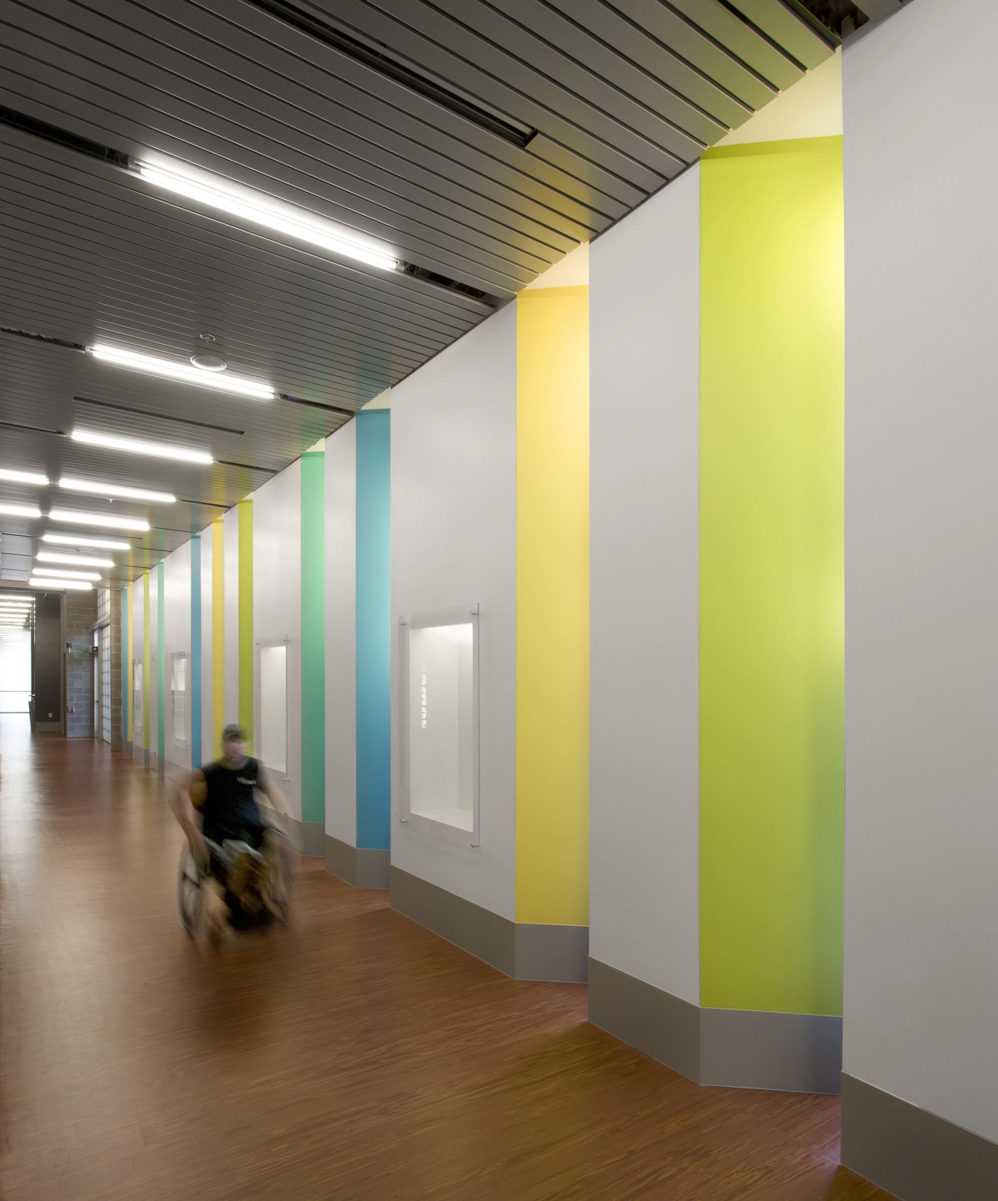 Дизайн спортивного комплекса: коридор с яркими элементами