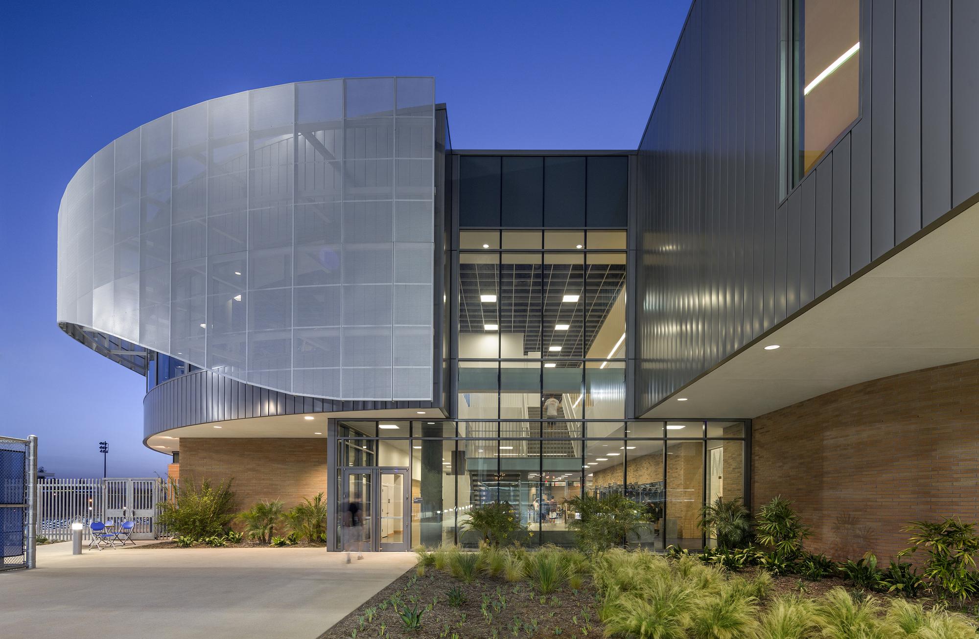 Дизайн спортивного комплекса – Стеклянная стена
