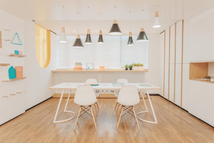 Дизайн стоматологической клиники: белый стол посредине комнаты