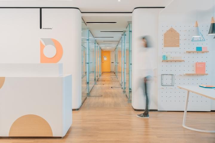 Дизайн стоматологической клиники: оформление коридоров - фото 2