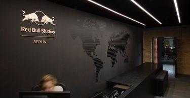 Дизайн студии звукозаписи Red Bull в темных тонах