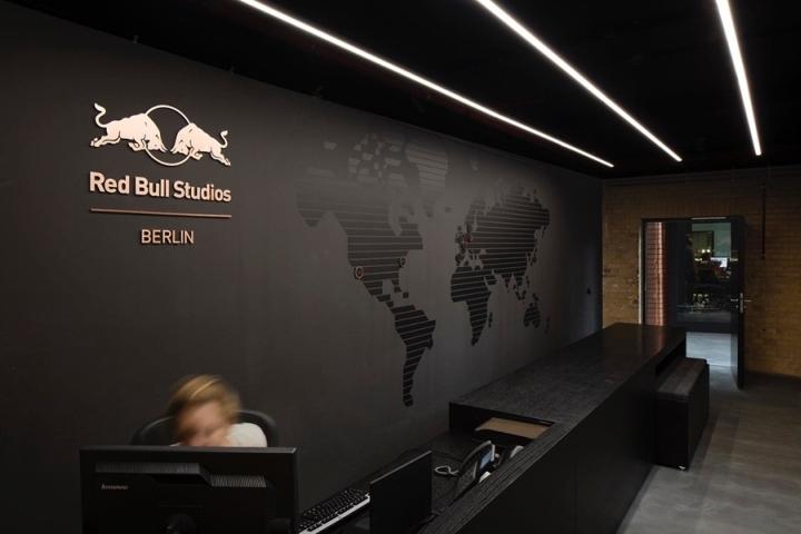 Дизайн логотипа в интерьере студии звукозаписи Red Bull