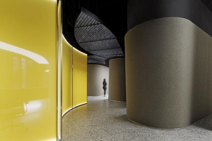 Интерьер выставочного зала в Китае - жёлтый акцент