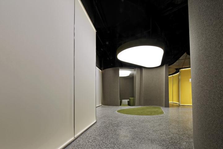Интерьер выставочного зала в Китае - световое пятно на потолке. Фото 1