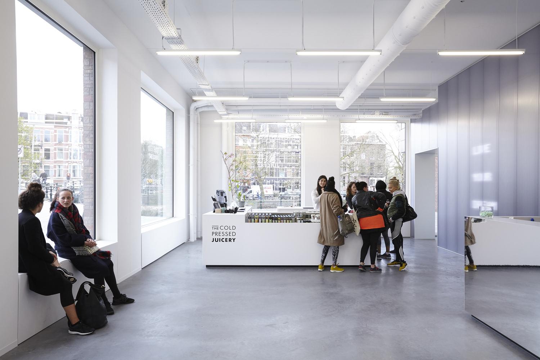 Дизайн тренажёрного зала – Большие окна в холле