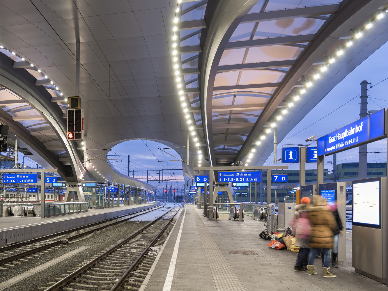 Подсветка крыши на платформе вокзала