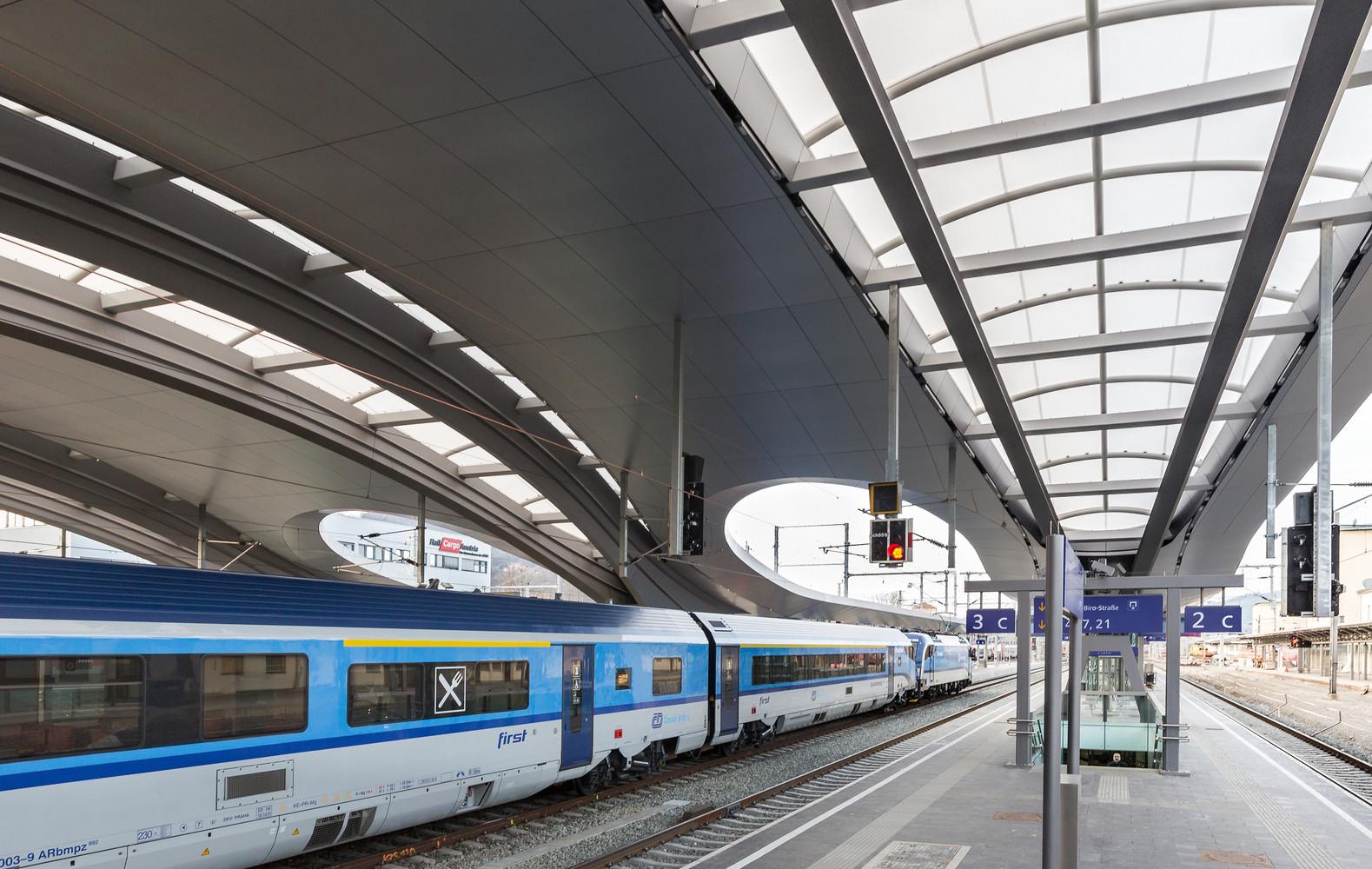 Волнообразная крыша на платформе вокзала