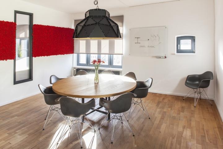 Домашний интерьер офиса - черный дизайнерский светильник в столовой
