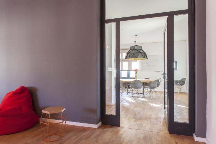 Красное бескаркасное кресло - яркий акцент в домашнем интерьере офиса