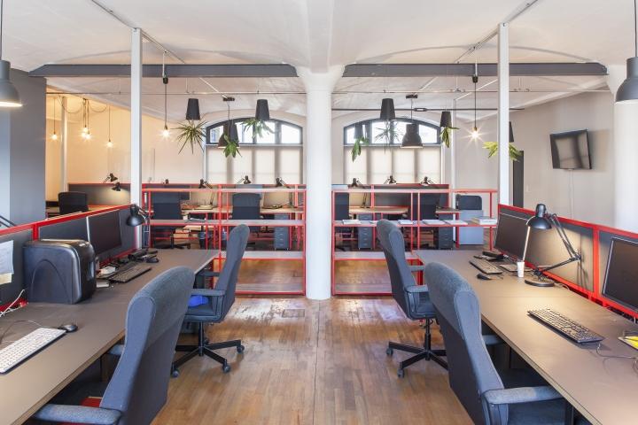 Домашний интерьер офиса - рабочая зона с элементами декора из стали красного цвета