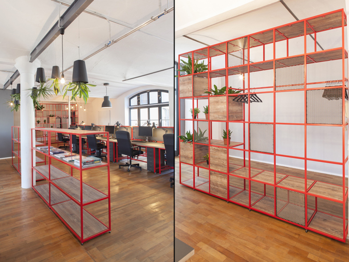 Стеллажи из стали красного цвета в домашнем интерьере офиса