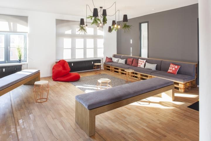 Домашний интерьер офиса - горшки для растений в виде плафонов из стали
