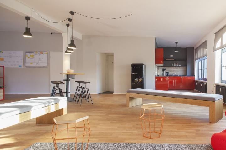 Домашний интерьер офиса - дизайнерские табуретки из стали
