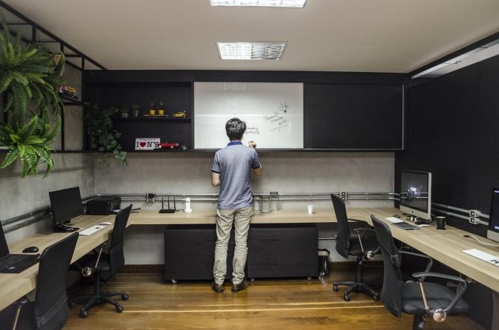 Домашний интерьер в офисе: открытые полки