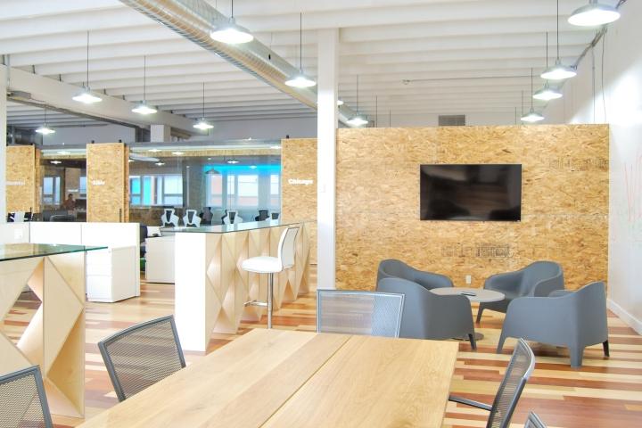 Экологичный интерьер офиса в Монреале - вид на рабочее пространство