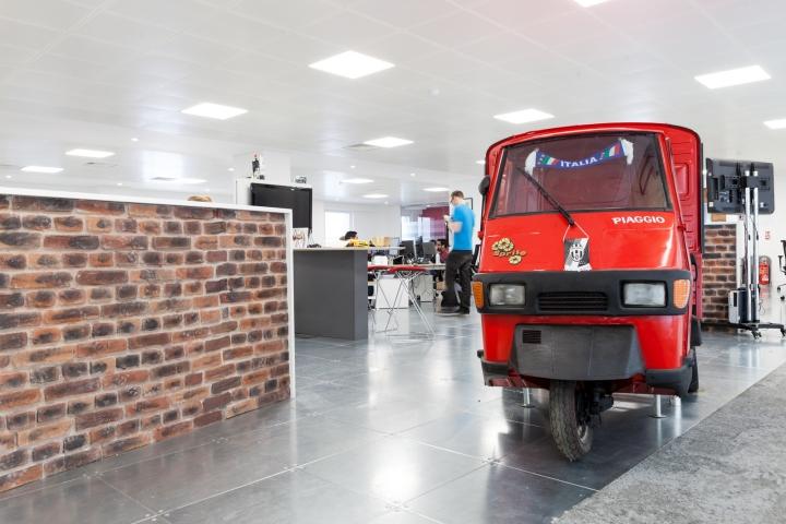 Передвижной автомобиль в офисе