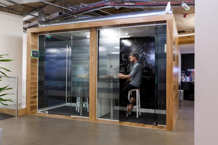 Переговорная за стеклом в офисе