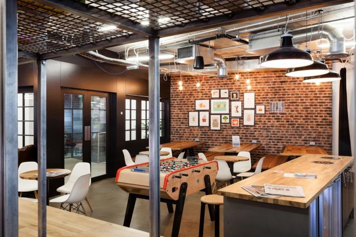 Деревянная мебель в офисе
