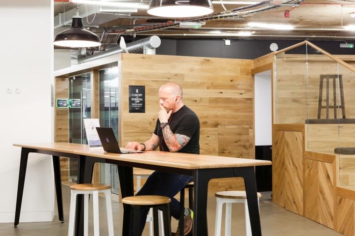 Деревянная облицовка стен в офисе