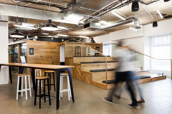Деревянная лестница в офисе