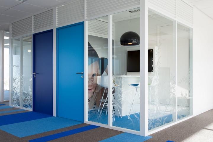 Фото на стенах офиса Primavista - яркое цветовое решение оформления интерьера