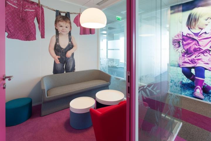 Фото детей на стенах офиса создает теплую атмосферу
