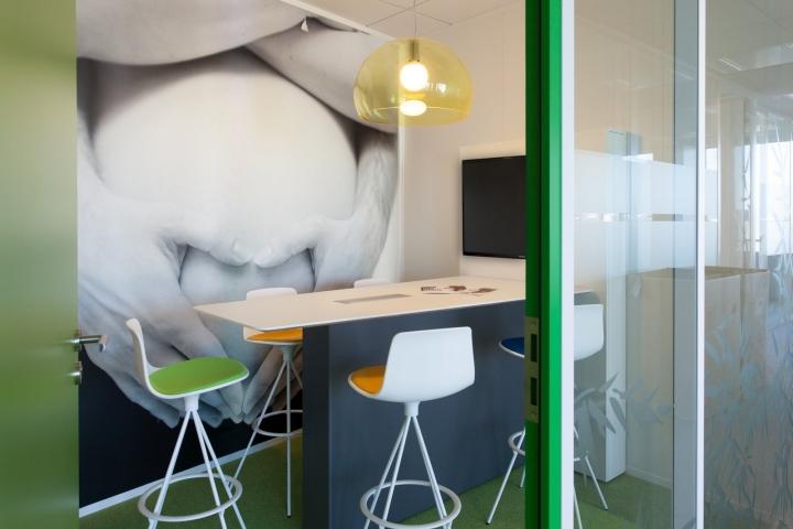 Фото на стенах офиса - отдел зеленого цвета