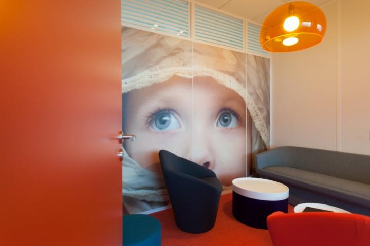 Фото на стенах офиса - оформление зоны отдыха в оранжевом цвете